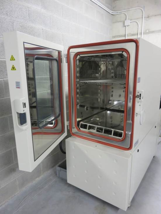 Equipment for analysing the accelerated ageing of materials and coatings