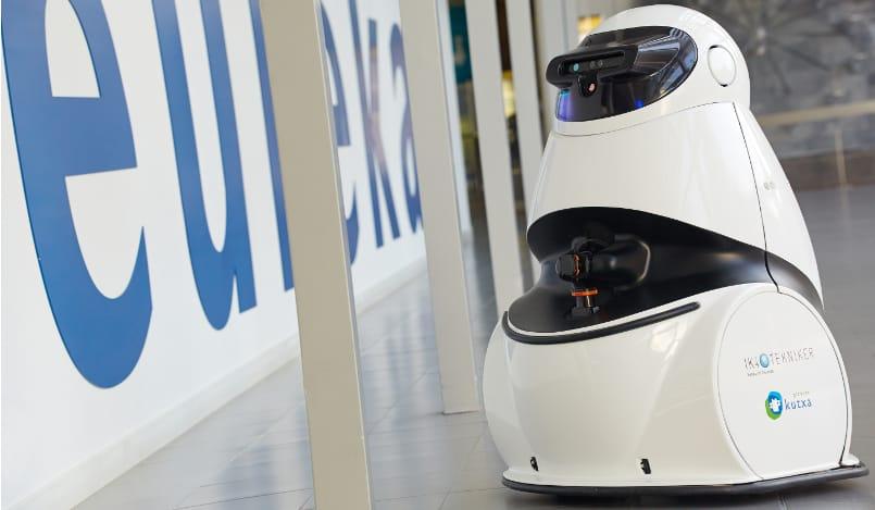 Robots asistentes que colaboran en diferentes entornos
